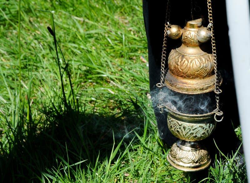 tenedor de incienso para el ritual ortodoxo tradicional, con humo del incienso ardiente foto de archivo