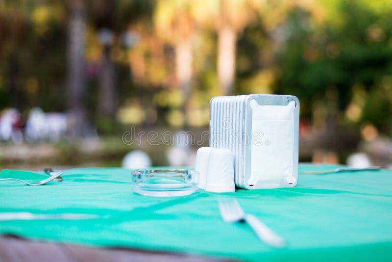 Tenedor de la servilleta en una tabla vacía en un café del verano foto de archivo libre de regalías