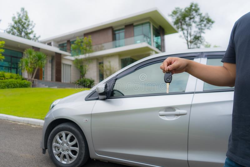 Tenedor dominante del coche delante de la nueva casa hermosa imágenes de archivo libres de regalías