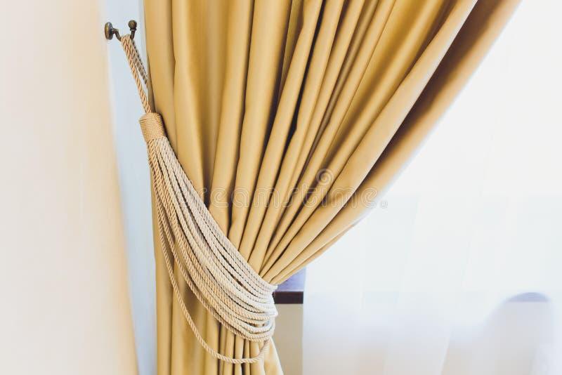 Tenedor para las cortinas del sitio Cortina de la foto del fragmento, detalle interior, cierre del detalle de la cortina para arr foto de archivo