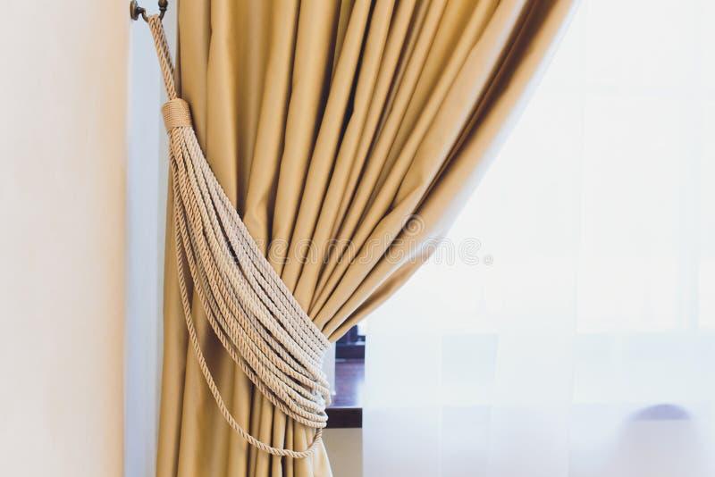 Tenedor para las cortinas del sitio Cortina de la foto del fragmento, detalle interior, cierre del detalle de la cortina para arr fotografía de archivo