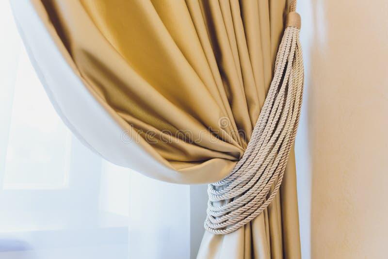 Tenedor para las cortinas del sitio Cortina de la foto del fragmento, detalle interior, cierre del detalle de la cortina para arr foto de archivo libre de regalías