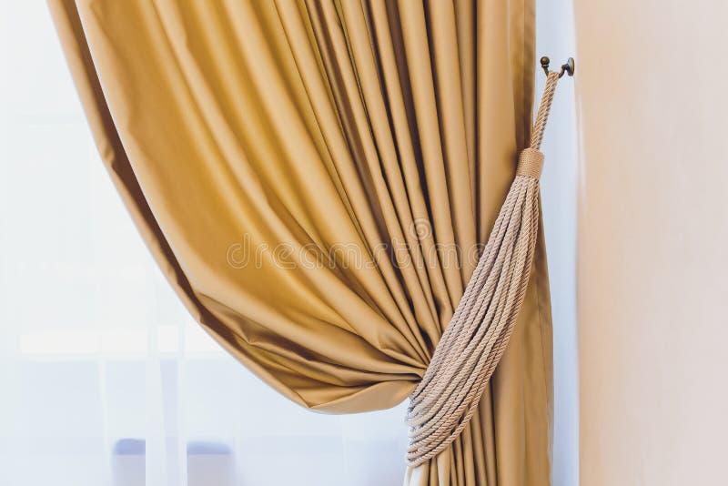 Tenedor para las cortinas del sitio Cortina de la foto del fragmento, detalle interior, cierre del detalle de la cortina para arr fotos de archivo libres de regalías