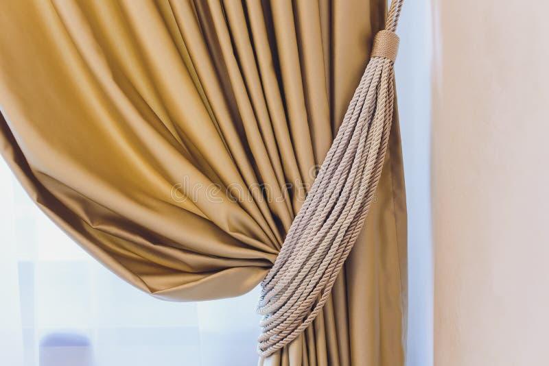 Tenedor para las cortinas del sitio Cortina de la foto del fragmento, detalle interior, cierre del detalle de la cortina para arr imágenes de archivo libres de regalías