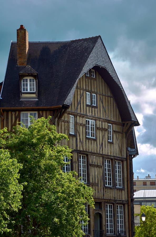 Tenement dom w starym miasteczku Troyes obrazy royalty free