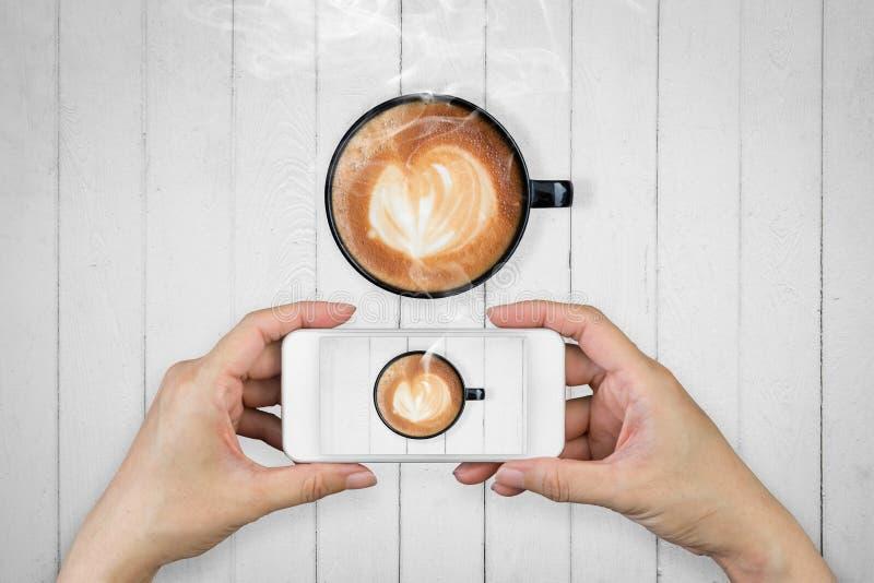 Tenencia de la mano de la mujer y móvil con, teléfono celular, fotografía elegante del teléfono imágenes de archivo libres de regalías