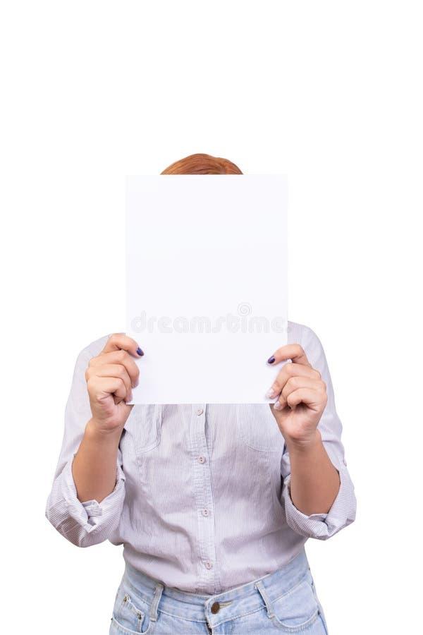 Tenencia de la mujer de negocios con la cubierta vacía en blanco blanca del papel su cara aislada en el fondo blanco con la traye foto de archivo libre de regalías