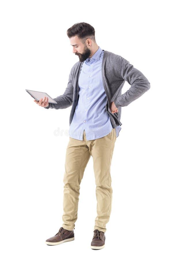 Tenencia del hombre de negocios y observación y tableta modernas barbudas jovenes atractivas imágenes de archivo libres de regalías