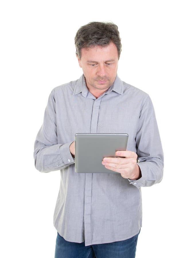 Tenencia hermosa del hombre que mira la etiqueta de la calculadora numérica de la tableta imagen de archivo