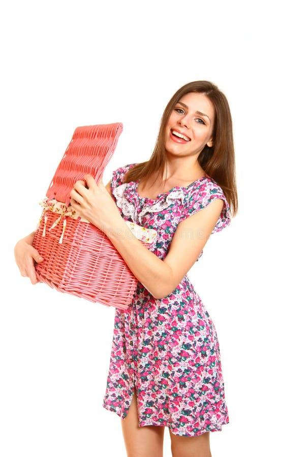 Tenencia sonriente y abertura de la mujer joven una cesta de lavadero en pizca foto de archivo libre de regalías