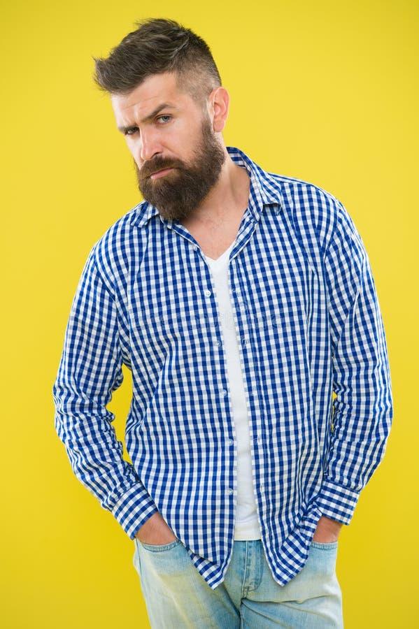 Tener algunas dudas Moda de la barba y concepto del peluquero Fondo amarillo de la barba barbuda del inconformista del hombre Las imagen de archivo
