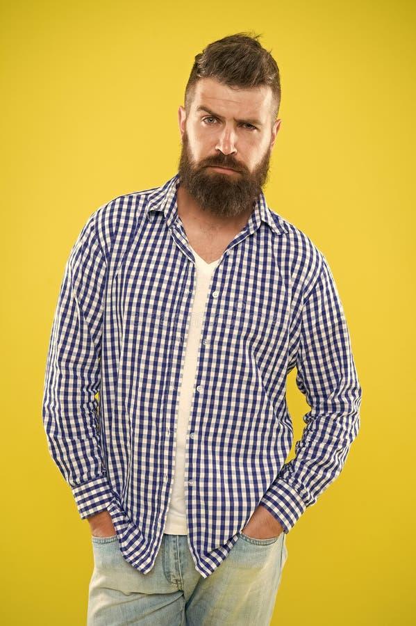 Tener algunas dudas Moda de la barba y concepto del peluquero Fondo amarillo de la barba barbuda del inconformista del hombre Las fotos de archivo