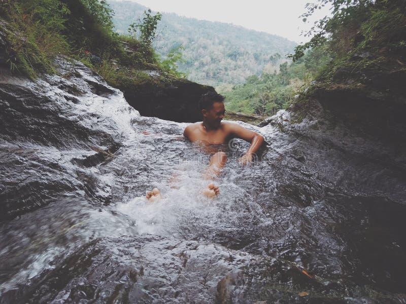 Tener baño y el nadar en las cascadas en Bali Indonesia fotografía de archivo