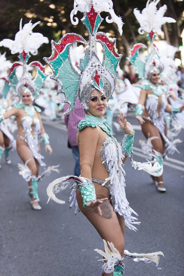 TENERIFE, ΣΤΙΣ 9 ΦΕΒΡΟΥΑΡΊΟΥ: Χαρακτήρες και ομάδες στο καρναβάλι στοκ φωτογραφίες