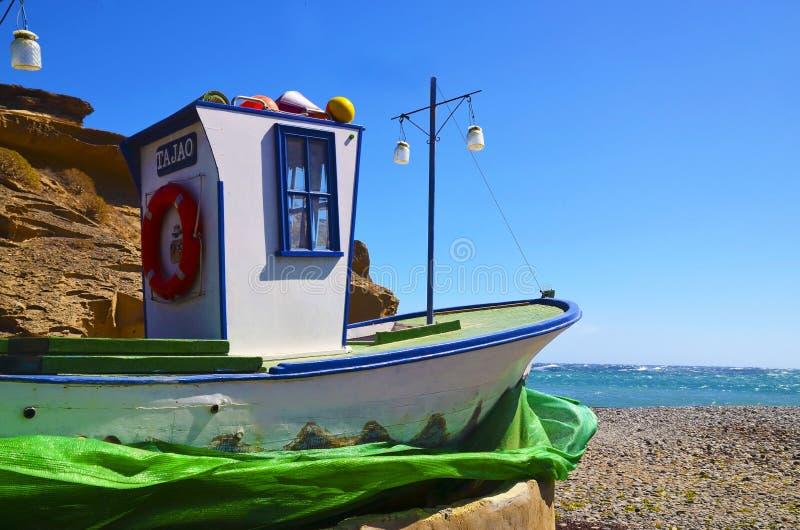 Tenerife, Canarische Eilanden, Spanje - Maart 15,2019: Weergeven van Tajao-dorp met traditionele oude houten vissersboot op het r royalty-vrije stock afbeelding