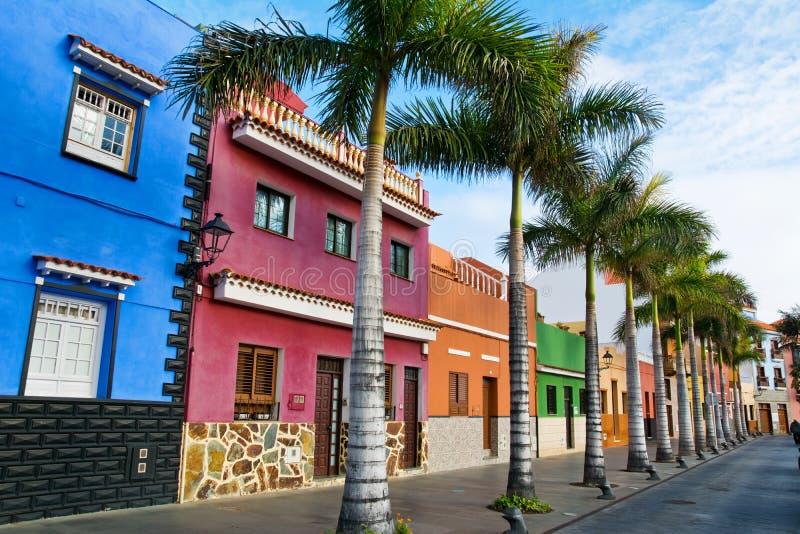 Tenerife Casas y palmeras coloridas en la calle en Puerto de foto de archivo libre de regalías