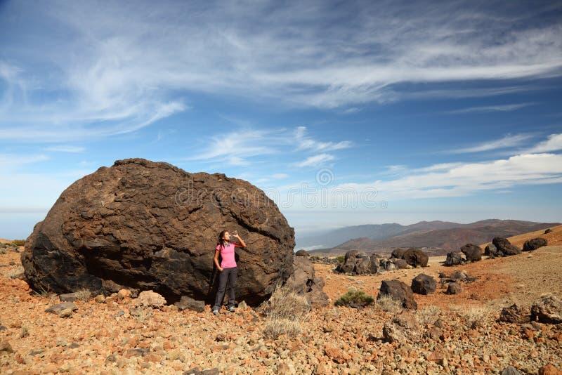 Tenerife - donna che fa un'escursione su Teide fotografia stock