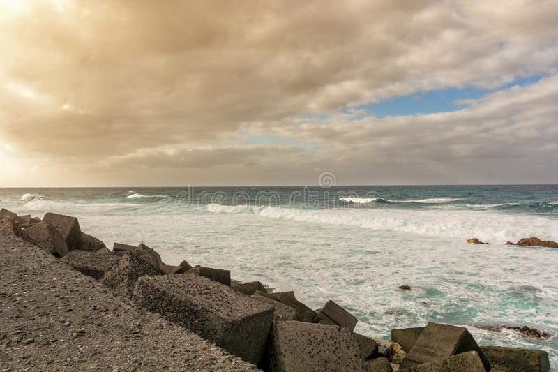 Tenerife dziki wybrzeże przy brzeg fortyfikacją Puerto De La Cruz obrazy stock