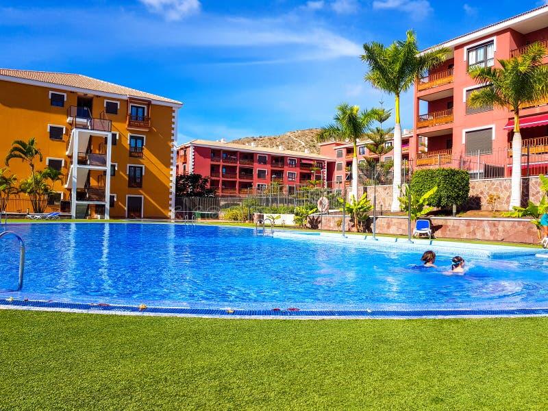 Tenerife, España - 30 de noviembre de 2018: Foto de la piscina y apartamentos en un centro turístico en Tenerife, islas Canaria fotos de archivo