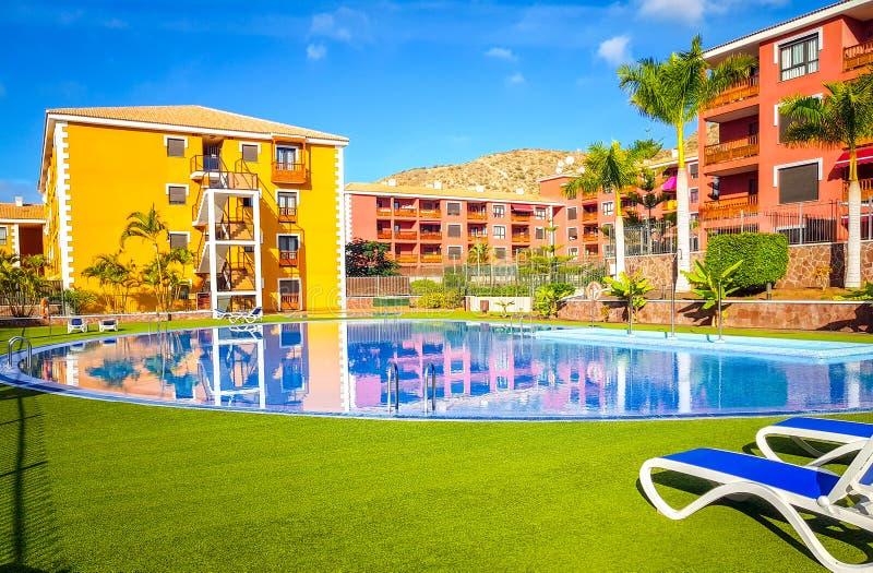 Tenerife, España - 30 de noviembre de 2018: Foto de la piscina y apartamentos en un centro turístico en Tenerife, islas Canaria imagen de archivo