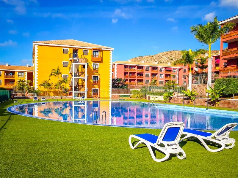 Tenerife, España - 30 de noviembre de 2018: Foto de la piscina y apartamentos en un centro turístico en Tenerife, islas Canaria foto de archivo libre de regalías