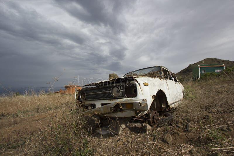 Tenerife, España, noviembre de 2017: coche viejo retro abundado del vintage en el valle imágenes de archivo libres de regalías