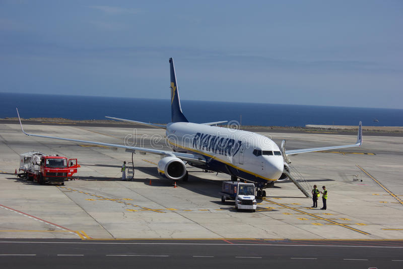 TENERIFE HISZPANIA, LIPIEC, - 16, 2014: Ryanair samolot refueling blisko zdjęcia stock