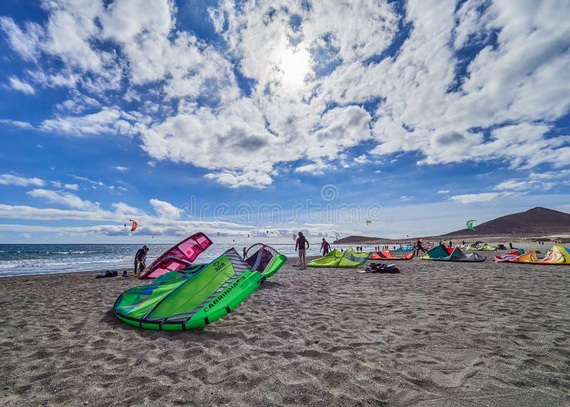 Tenerife HISZPANIA, LUTY, - 3, 2019: Wiatrowi surfingowowie na Playa Sura, Tenerife, wyspy kanaryjskie, Hiszpania zdjęcie royalty free