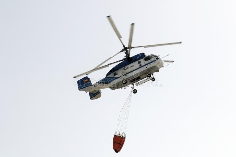 TENERIFE, IL 3 AGOSTO: Elicottero di estinzione di incendio fotografia stock libera da diritti