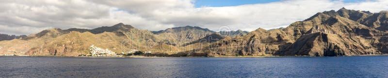 Tenerife kustlinjepanorama med den San Andreas byn, den Playa de Las Teresitas stranden och vägen längs Anaga berg, kanariefågelö fotografering för bildbyråer