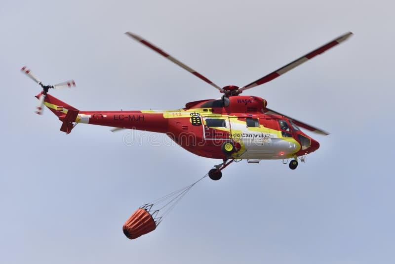 TENERIFE KWIECIEŃ 10: Helikopter pożarniczy Kwiecień 10, 2018, Tene zdjęcia stock