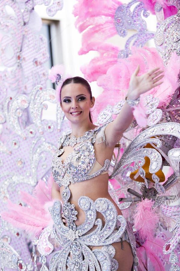 TENERIFE, O 9 DE FEVEREIRO: Caráteres e grupos no carnaval imagens de stock royalty free