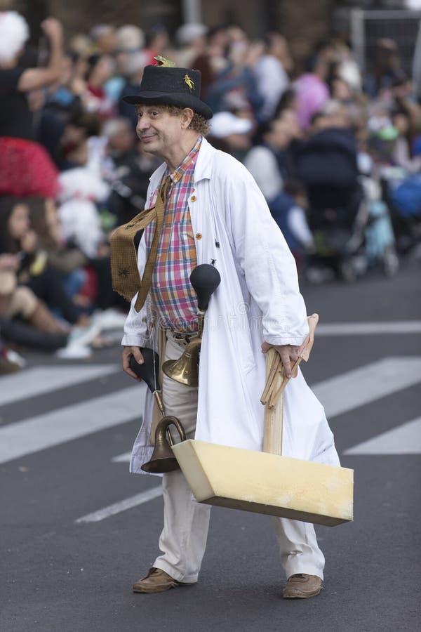 TENERIFE, O 9 DE FEVEREIRO: Caráteres e grupos no carnaval foto de stock