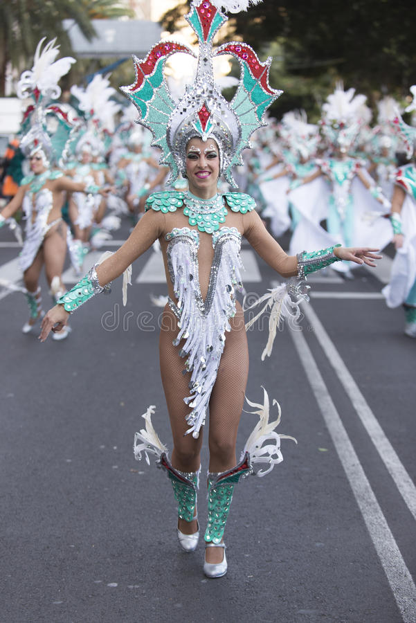 TENERIFE, O 9 DE FEVEREIRO: Caráteres e grupos no carnaval fotos de stock