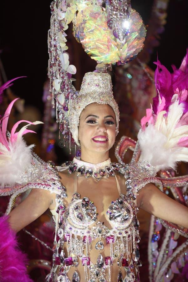 TENERIFE, O 2 DE MARÇO: Grande parada na rua que anuncia que o carnaval está vindo 2 de março de 2019, Espanha das Ilhas Canárias fotos de stock royalty free