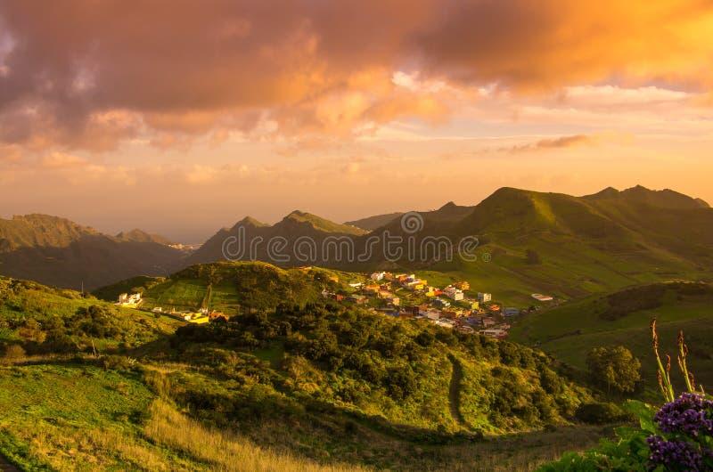Tenerife op zonsondergang stock foto's