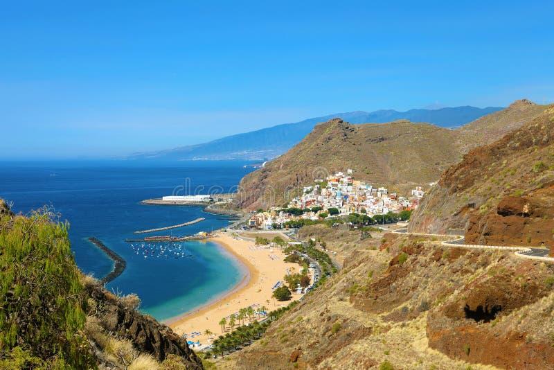 Tenerife panoramautsikt av den San Andres byn och den Las Teresitas stranden, kanariefågelöar, Spanien royaltyfri bild