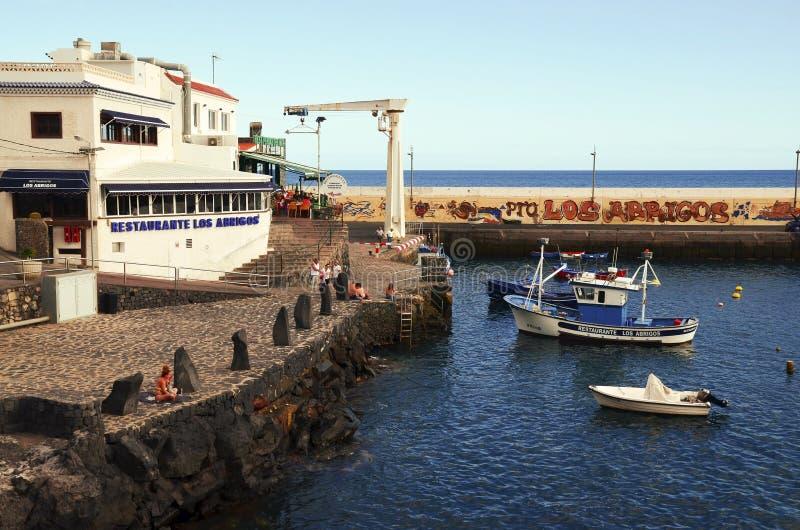 Tenerife, wyspy kanaryjskie Hiszpania, Lipiec, - 22, 2018: Malownicza zatoka w Los Abrigos Los Abrigos jest małym wioską rybacką  obraz stock