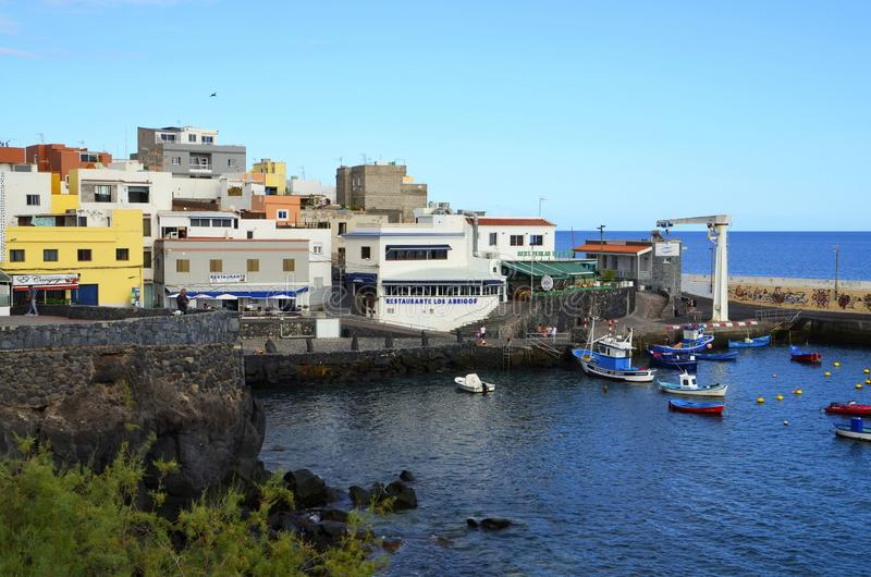 Tenerife, wyspy kanaryjskie Hiszpania, Lipiec, - 22, 2018: Malownicza zatoka w Los Abrigos Los Abrigos jest małym wioską rybacką  zdjęcia stock