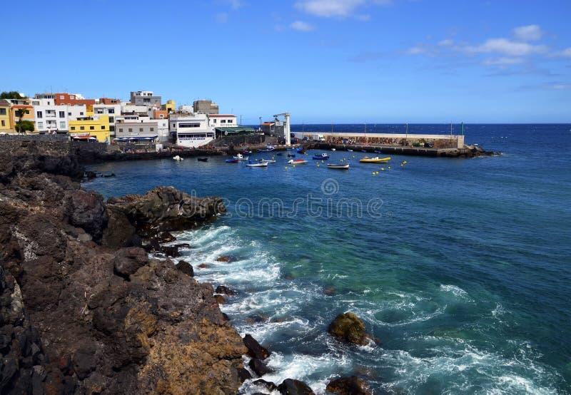 Tenerife, wyspy kanaryjskie Hiszpania, Lipiec, - 22, 2018: Malownicza zatoka w Los Abrigos Los Abrigos jest małym wioską rybacką  zdjęcia royalty free