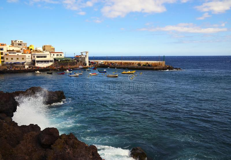 Tenerife, wyspy kanaryjskie Hiszpania, Lipiec, - 22, 2018: Malownicza zatoka w Los Abrigos Los Abrigos jest małym wioską rybacką  zdjęcie royalty free