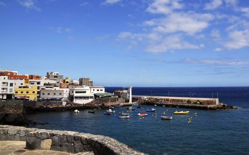 Tenerife, wyspy kanaryjskie Hiszpania, Lipiec, - 22, 2018: Malownicza zatoka w Los Abrigos Los Abrigos jest małym wioską rybacką  obrazy royalty free