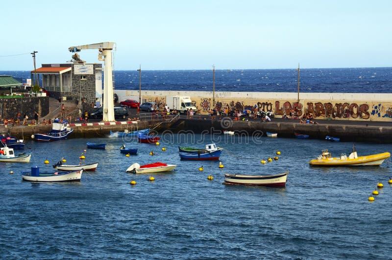 Tenerife, wyspy kanaryjskie Hiszpania, Lipiec, - 22, 2018: Malownicza zatoka w Los Abrigos Los Abrigos jest małym wioską rybacką  fotografia royalty free