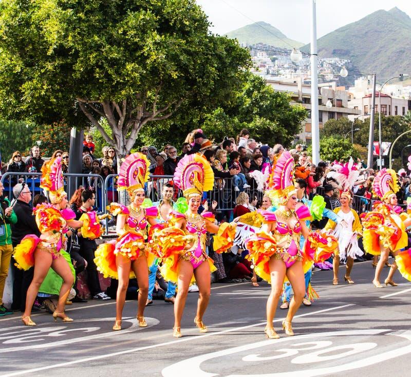 TENERIFFA, SPANIEN - 4. MÄRZ: Im berühmten Karneval Santa Cruz de Tenerife, die Charaktere und die Gruppen zum Rhythmus von stockfotografie