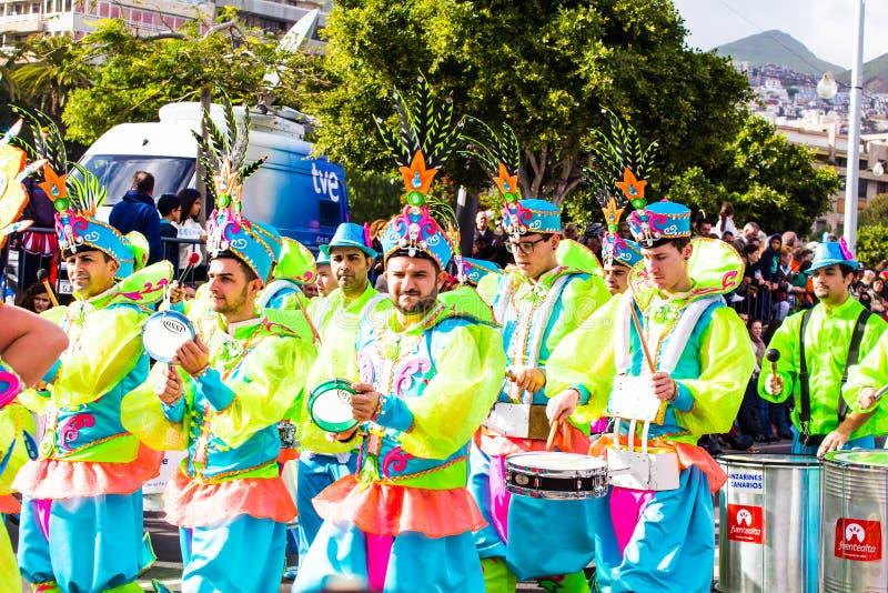 TENERIFFA, SPANIEN - 4. MÄRZ: Im berühmten Karneval Santa Cruz de Tenerife, die Charaktere und die Gruppen zum Rhythmus von lizenzfreies stockfoto