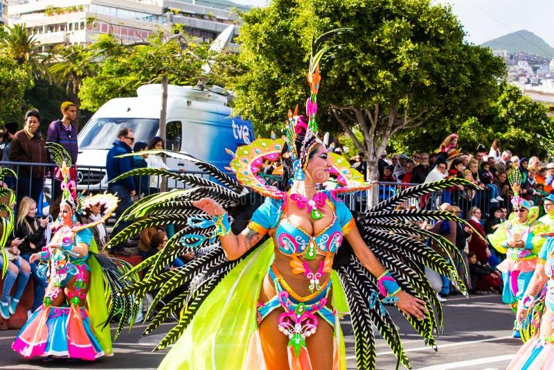 TENERIFFA, SPANIEN - 4. MÄRZ: Im berühmten Karneval Santa Cruz de Tenerife, die Charaktere und die Gruppen zum Rhythmus von stockfoto
