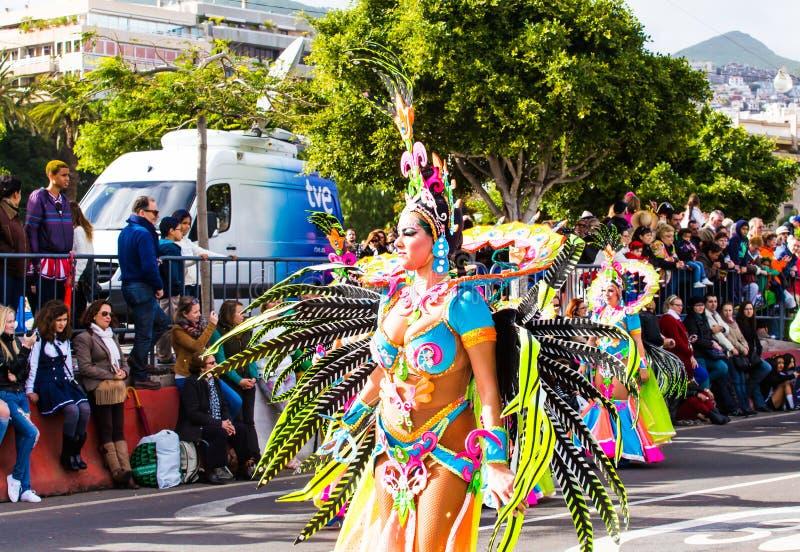 TENERIFFA, SPANIEN - 4. MÄRZ: Im berühmten Karneval Santa Cruz de Tenerife, die Charaktere und die Gruppen zum Rhythmus von lizenzfreies stockbild