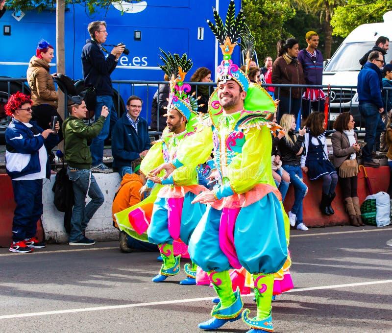 TENERIFFA, SPANIEN - 4. MÄRZ: Im berühmten Karneval Santa Cruz de Tenerife, die Charaktere und die Gruppen zum Rhythmus von lizenzfreie stockfotografie