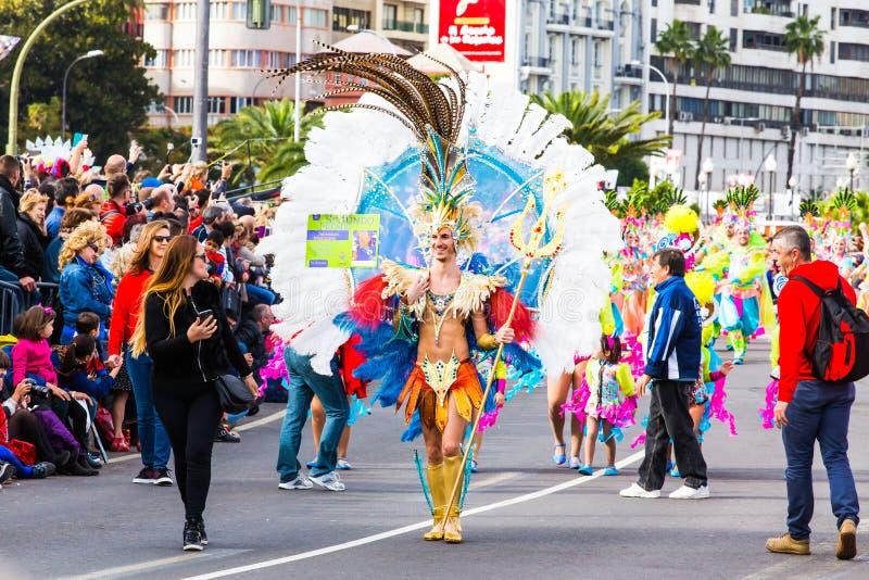 TENERIFFA, SPANIEN - 4. MÄRZ: Im berühmten Karneval Santa Cruz de Tenerife, die Charaktere und die Gruppen zum Rhythmus von stockbilder
