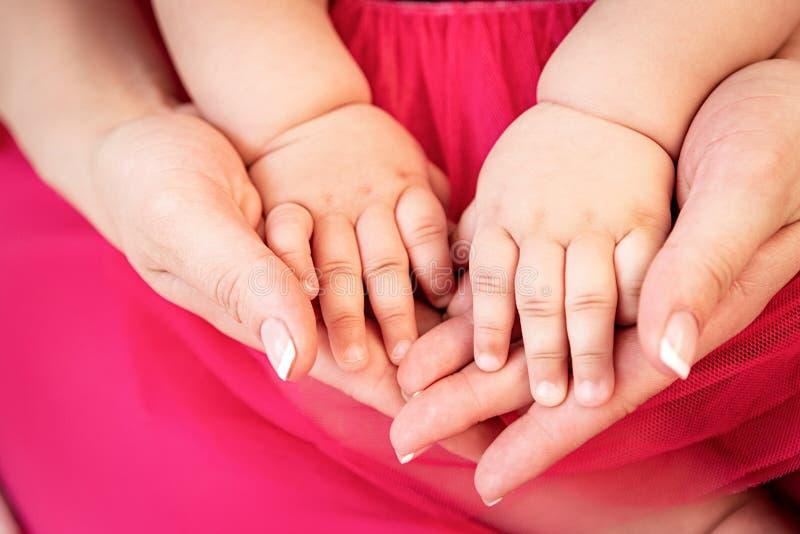 Tenersi per mano della madre del suo piccolo bambino fotografia stock libera da diritti